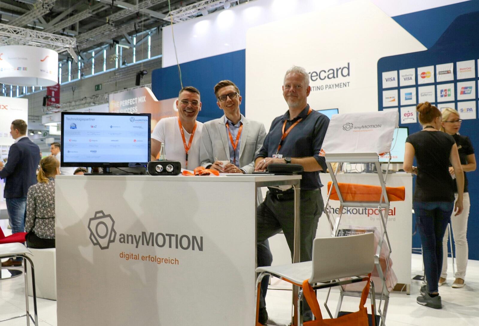 Die anyMOTION Geschäftsführer Andreas Neumann (links) und Sascha Sell (rechts) mit Business Development Director Mathias Kossmann in der Mitte