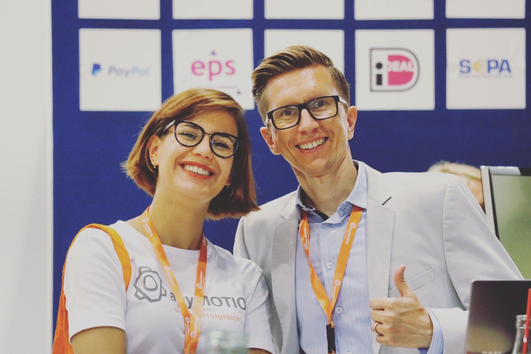 Daumen hoch für digitale Kommunikation. Auszubildende Pia Kops und Business Development Director Mathias Kossmann