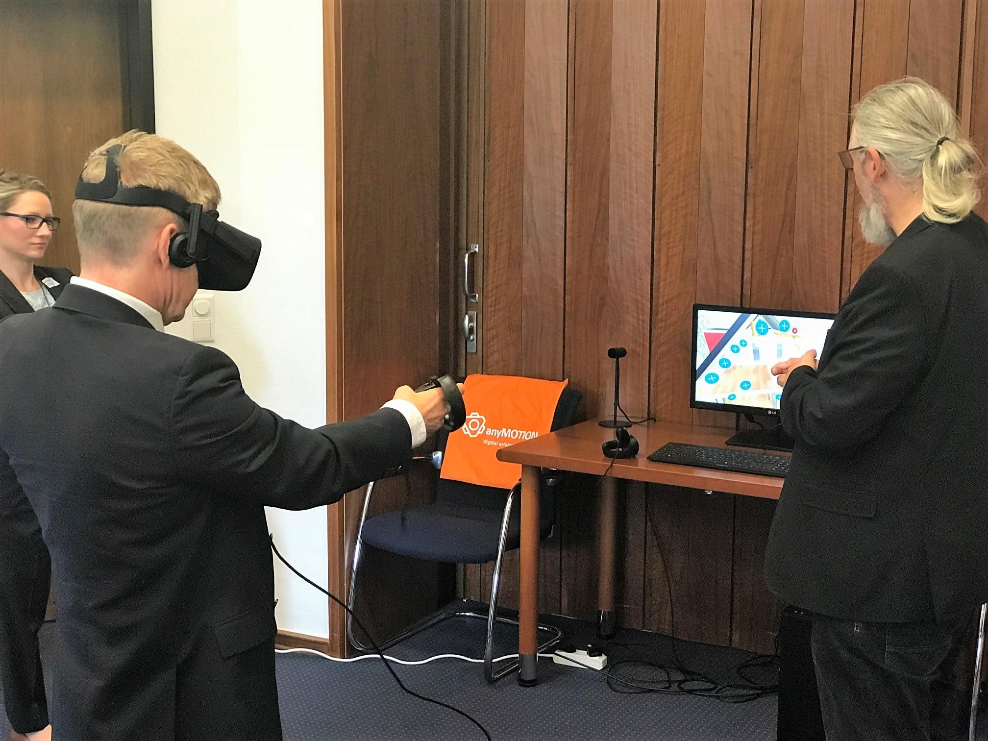 Ausprobieren von VR Anwendung bei Vortrag Virtuelle Realität in Unternehmenskommunikation Unternehmerschaft Düsseldorf