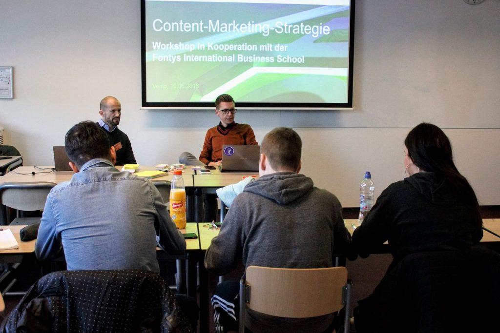 Frank Trimborn (links) und Mathias Kossmann während des Praxisseminars zum Content Marketing an der Fontys im Gespräch mit Studierenden.