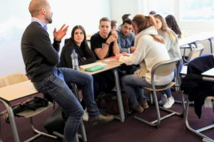 anyMOTION an der Fontys - Praxisseminar zu Content Marketing Seminar - anyMOTION Digital Strategy Director Frank Trimborn im Gespräch mit Studierenden