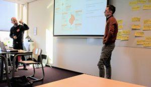 Im Content Marketing Praxisseminar an der Fontys - Frank Trimborn (links) und Mathias Kossmann erklären die vielfältigen Möglichkeiten von Content Marketing. Bild: anyMOTION