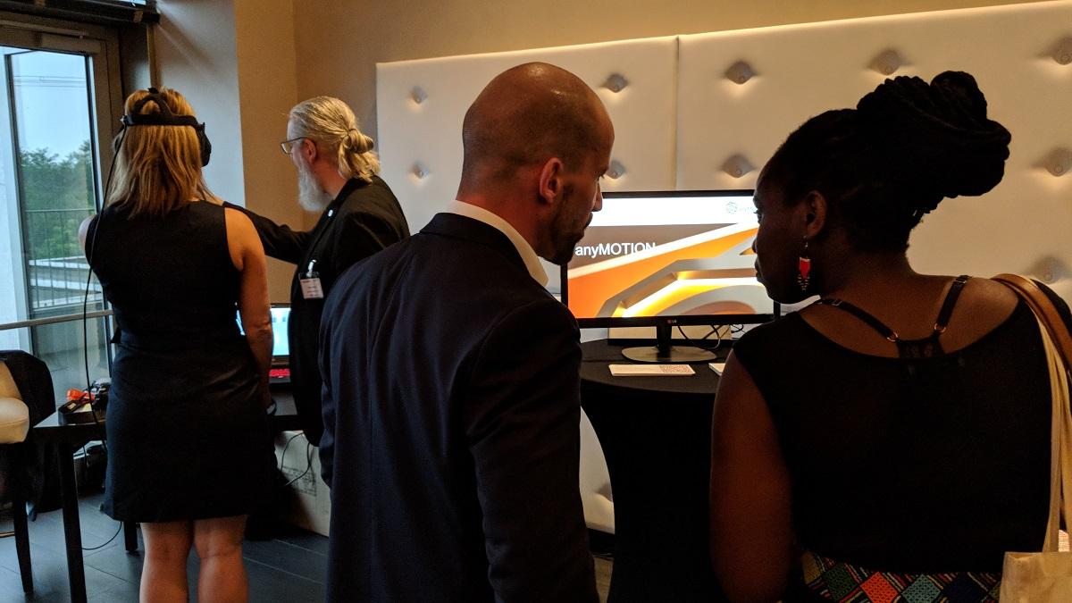 Frank Trimborn (Digital Strategy Director) im Beratungsgespräch, während Heinz Brasch im Hintergrund die Wirecard VR Shopping Experience vorführt und erklärt. Arbeitgebertag 2018