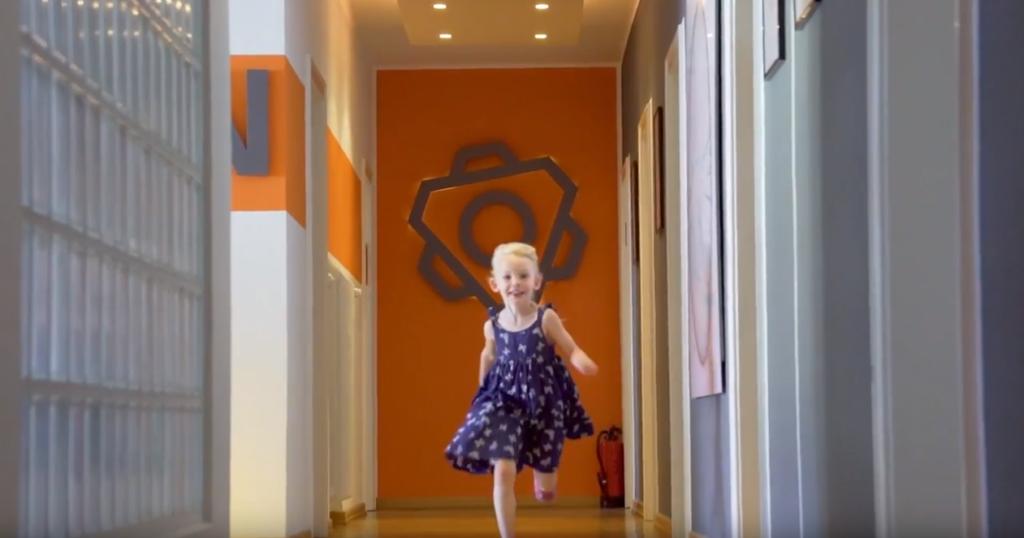 Laufendes Kind vor anyMOTION Logo